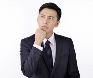 コーディネートに悩む男性の写真