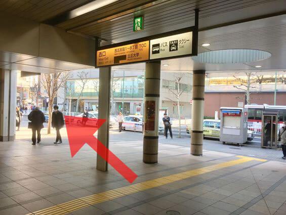 西口を出て左に進みます。