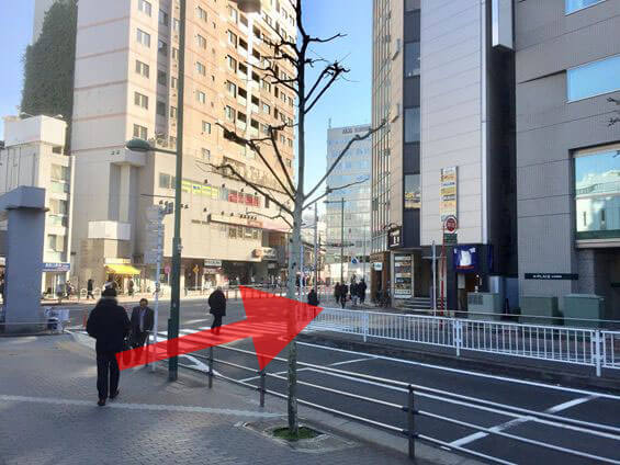 15メートル先の横断歩道を渡ります。