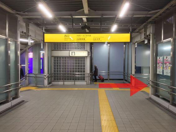 突き当り右の階段を下りて下さい。