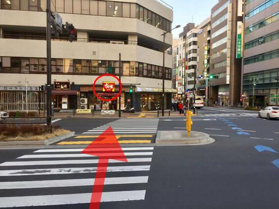 渡ってすぐの右の信号を渡り左に進みます。
