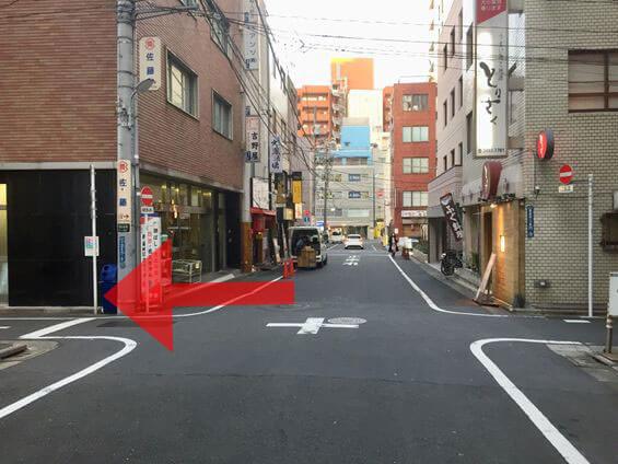 1つ目の十字路を左に曲がります。