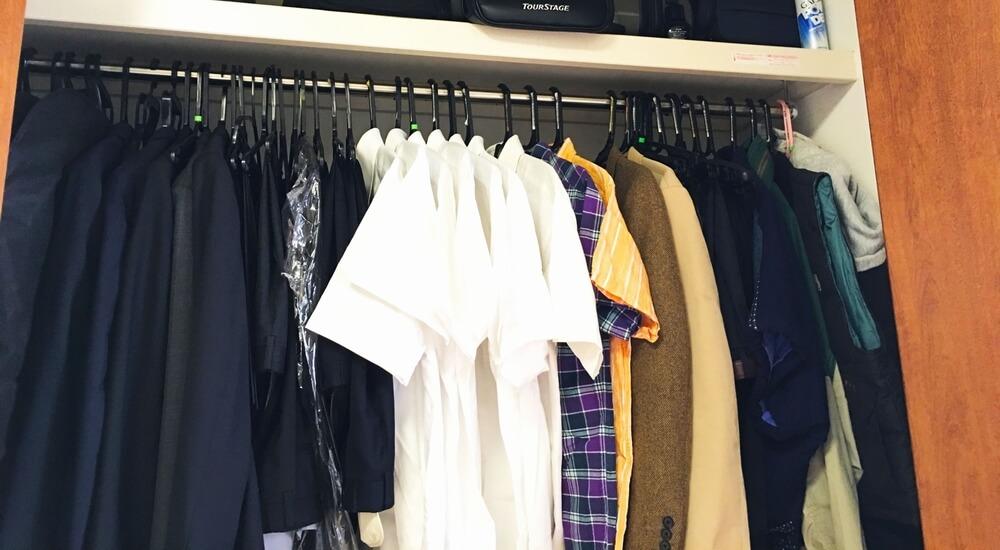 自宅のクローゼットの服イメージ写真