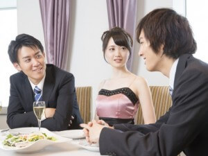 スーツで出会いの場に行く男性の写真
